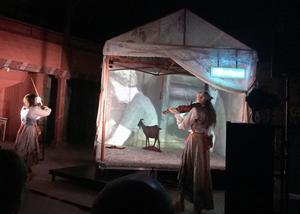 I en scenografi med pappdjur, spetsgardin och filmprojicering bjuder Sara Parkman och Samantha Ohlanders på en feministisk musikkabaré om livet på fäboden.