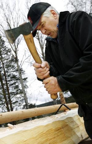 """Anders Nääs hugger i. Att bygga allt för hand är en utmaning. Men det innebär också att virket blir mer """"livligt""""."""