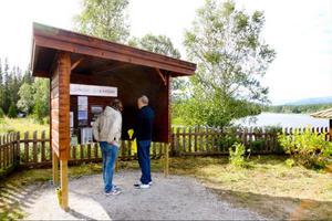 Inte bara konst möter besökarna. Vid landmärket finns även informationstavla.
