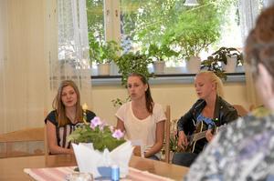 Sång. Mimmi Särén, Alexandra Hakonsson och Ebba Karlsson har sång som feriepraktik. De gör cirka 55 framträdanden på tre veckor på olika serviceboenden i Askersunds kommun. Foto: Tove Svensson