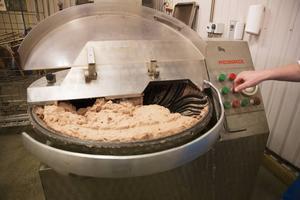 Den här köttdegen ska bli till 120 kilo älgkorv.