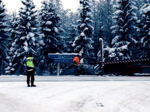 En krock, med bland annat en polis inblandad, inträffade i Mellansel utanför Örnsköldsvik.