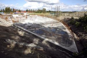 Om två veckor är bottenplattan till badhuset färdiggjuten. De närmaste veckorna avgörs vilka företag som får vara med och bygga resten av nya Djupadalsbadet.Bild: JAN WIJK