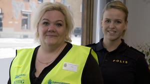 Mari Rudja, till vänster, hoppas på fler kollegor som volontärer hos polisen. Olivia Sandström på polisen i Fagersta håller i tisdagkvällens informationsmöte.