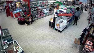 Här syns en av de nu dömda männen på övervakningsbild från en matbutik han och hans kumpan stal varor ifrån. Bild ur polisens förundersökning.