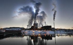 Förhandlingarna med facken har påbörjats i Kvarnsvedens pappersbruk. Företagsledningen räknar med att den nya organisationen och bemanningen ska vara klar inom två månader. Rullmaskinen för tidningspapper PM 11 stänger under andra kvartalet.             Foto: Staffan björklund