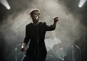 Jehnny Beth och hennes postpunkkompisar i hyllade Savages släpper sitt andra album i slutet av januari. Arkivbild.   Foto: Paulo Duarte/AP/TT