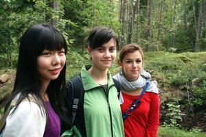 Vacker natur. Kanna, Dora och Alessia kommer från Japan, Ungern och Italien. De tycker att den svenska naturen är vacker.