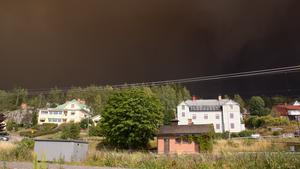 Den tjocka brandröken ligger som ett täcke över Ängelsberg