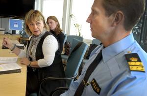 Justitieminister Beatrice Ask tycker att polisen i Örebro län har gjort många intressanta erfarenheter i sitt arbete med livsstilskriminellas brott. Kommissarie Gösta Svensson säger att långsiktiga satsningar är nödvändiga. I bakgrunden syns Karin Sedvall från justitiedepartementet.