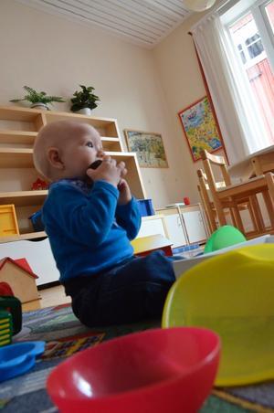Conny Schultzén smakar sig fram bland leksakerna.