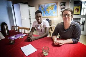 Camilla Köhler hjälper Shuaib Mahamed med läxorna.