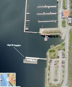 Till vänster om småbåtshamnen ska den flytande restaurangen ligga, enligt bygglovet.