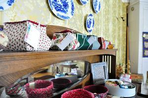 Jämtkviltens Ragundgrupp har varje år utställning i huset. Runt 200 föremål hade de i år.