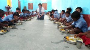 Elvy Svensson i centrum när första måltiden intas på barnhemmet i Indien.