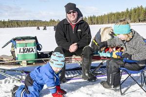 Thomas Sundemyr hjälpte barnen Elias och Linnea att fiska. Elias blev bäst i klassen för yngre med 465 gram fisk.