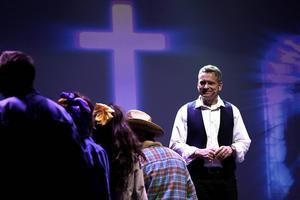 Pastor Samuel, spelad av Thomas Björnhager.