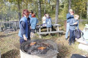 Korvgrillning. Tea Onerhed ser till att scouterna får mat. Norbergs scoutkår har i dag 32 medlemmar.