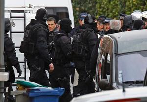 Franska polismän ur styrkan RAID (Research intervention dissuasionunit) när byggnaden där den misstänkte seriemördaren sköts i Toulouse.