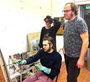Bo Ljung, undervisar Alexander Lövgren på Västerås konstskola.