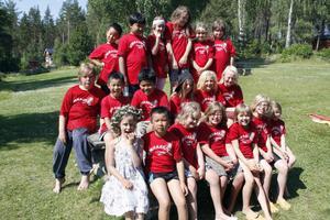 Alla 20 sommarbarnen samlade på en bild på kollot på Sturmsgården.