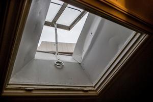 En flera hundra år gammal fönsterhake ovanför matbordet. Fungerar lika bra idag som förr.