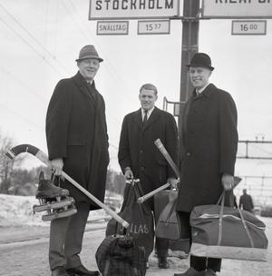 Rysslandsresenärerna Dallas (i mitten) tillsammans med sin bror Curt (tv) och Jan-Erik Flink (th) på Söderhamns tågstation på väg till Sovjet med landslaget 1966.