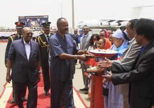 Sudaneser välkomnar Eritreas president Isaias Afwerki, i mitten, när han anländer för samtal med kollegan Omar al-Bashir i Sudan 2014. Foto: Abd Raouf