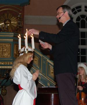 För vart och ett ljus som Ulf Jonsson tände i Sofie Graaws krona berättade han den kristna symboliken .