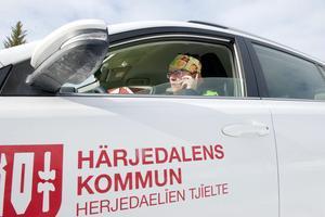 En vanlig dag kör hemtjänsten i Funäsdalen 65 mil, fördelat på fyra bilar. En av turerna ligger på 40 mil, den har Karin Busk denna dag.