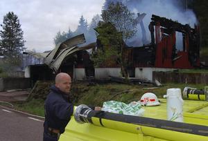 Utbränd. En villa i Hornberga, Orsa, blev helt utbränd natten till tisdagen. På bilden övervakar Magnus Bengtar eftersläckningen.