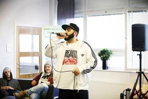December Lawan Hassan berättade om sitt liv och spelade några låtar tillsammans med Johan Alander på Wargentinsskolan.