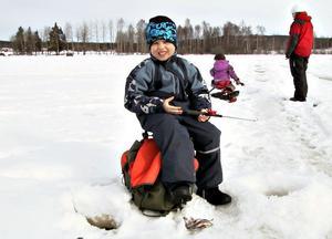 6-åriga Filip Johansson hörde också till de lyckosamma som drog upp flera fiskar, fyra abborrar, redan i början av tävlingen.