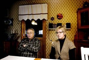 """CHOCK. När Janne och Eva Holm gick av sina skift i torsdags hade de bara hört att det skulle bli ändrad skiftgång – och båda skulle få vara kvar. Dagen därpå vaknade de till nyheten att Sandvik SMT varslar 900 personer i Sandviken. """"Det har gått alldeles för fort, vi har inte ens hunnit tänka på vad vi skulle göra om vi får gå"""", säger Eva."""