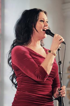 Nina Söderquist sjunger i Alfta kyrka.