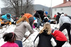 Att skota snö kan både gammal som ung göra. Tävlingen lockade folk i alla åldrar.