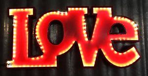 Upplyst kärlek. Skulle vara riktigt snygg som en del av en tavelvägg eller helt ensam. Kare design, 995 kronor hos Global Living.