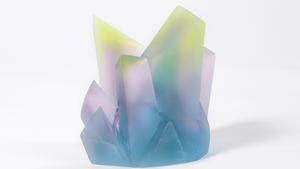 De överdimensionerade kristallformationerna i skiftande färger ingår i Sara Lundkvist kollektion. Hennes glasobjekt kan man bland annat hitta i Gustavsbergs Konsthall.