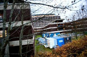 stoppar pålningen. Provpålning visar att det nya operationshuset här vid gamla entrén hotar hela Gävles dricksvattenförsörjning.