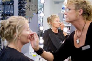 STEG 4 - SMINKET. Unell har fina käk- och kindben som behöver komma fram tydligare.Make up-artisten Nina Wangborn på Kicks börjar med att plocka ögonbrynen för att lyfta ögonen.