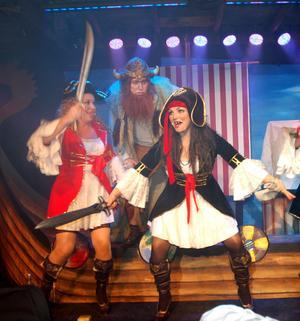 Nökve, Roger Zakrisson får besök av piraterna Maria Nilsson och Camilla Collett.