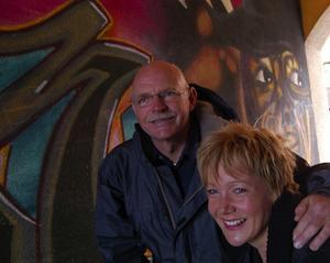 Kom med i Vuxna på Stan. Ordföranden Lars-Olof Österström och Anne Louise Hansson berättar om att Föreningen Vuxna på Stan i Mora har en mycket positiv och viktig relation till Moras ungdomar. Alla nya medlemmar får fadderstöd av erfarna Vuxna på Stan. Alla ska känna sig välkomna och engagerade i föreningen, säger Lars-Olof och Anne-Louise.