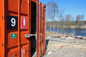 Uppbrutna containrar mötte Peabs byggjobbare vid väg 252 andra måndagen i rad. Eldrivna verktyg för stora summor var stulna.