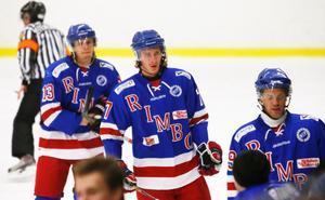 Linus Jansson (mitten) gjorde ett av Rimbo Hockeys mål mot Linden.