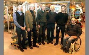 Marcus Kullman, Creator, Berton Arespång, Thomas Wallin och Istvan Szabo, samtliga tre från Nordic Gas Cleaning, samt Tomas Löfgren och Tommy Leck från landstingsservice i Uppsala, framför lustgasrenaren.