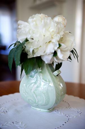 Gunnar Nylund var chefsdesigner på Rörstrand och dessutom gift med Monicas moster. Det är anledningen till att hon har den här vasen och andra föremål av just honom.