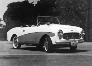 De amerikanska influenserna märks tydligt på den här sportbilen från Datsun 1957. Men det syns också tydligt att den är betydligt mindre än sina amerikanska förlagor.