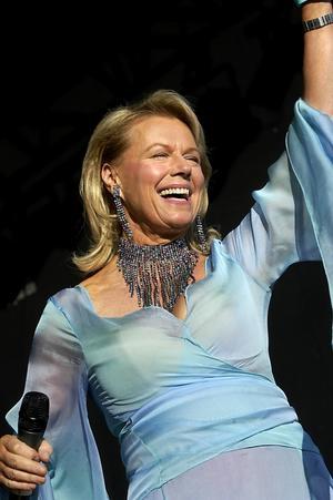 """Mot Skansen. Arja Saijonmaa utlovar dans och glamour i sitt """"Allsångs""""- nummer.Foto: Stefan Bladh"""