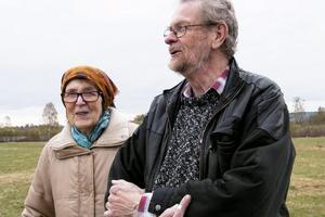 Lillemor Weise Fransson och Arne Fransson tycker om att promenera efter Gamla landsvägen och i Sässman-området. Området är underbart, tycker de. De känner och förnimmer gamla tider.