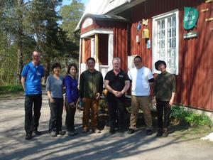 Besökarna framför Naturskolan.